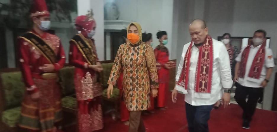Ketua DPD RI La Nyalla Mattalitti dijemput Walikota Kotamobagu, Tatong Bara, saat tiba di Kota Kotamobagu, Senin (16/11) malam.