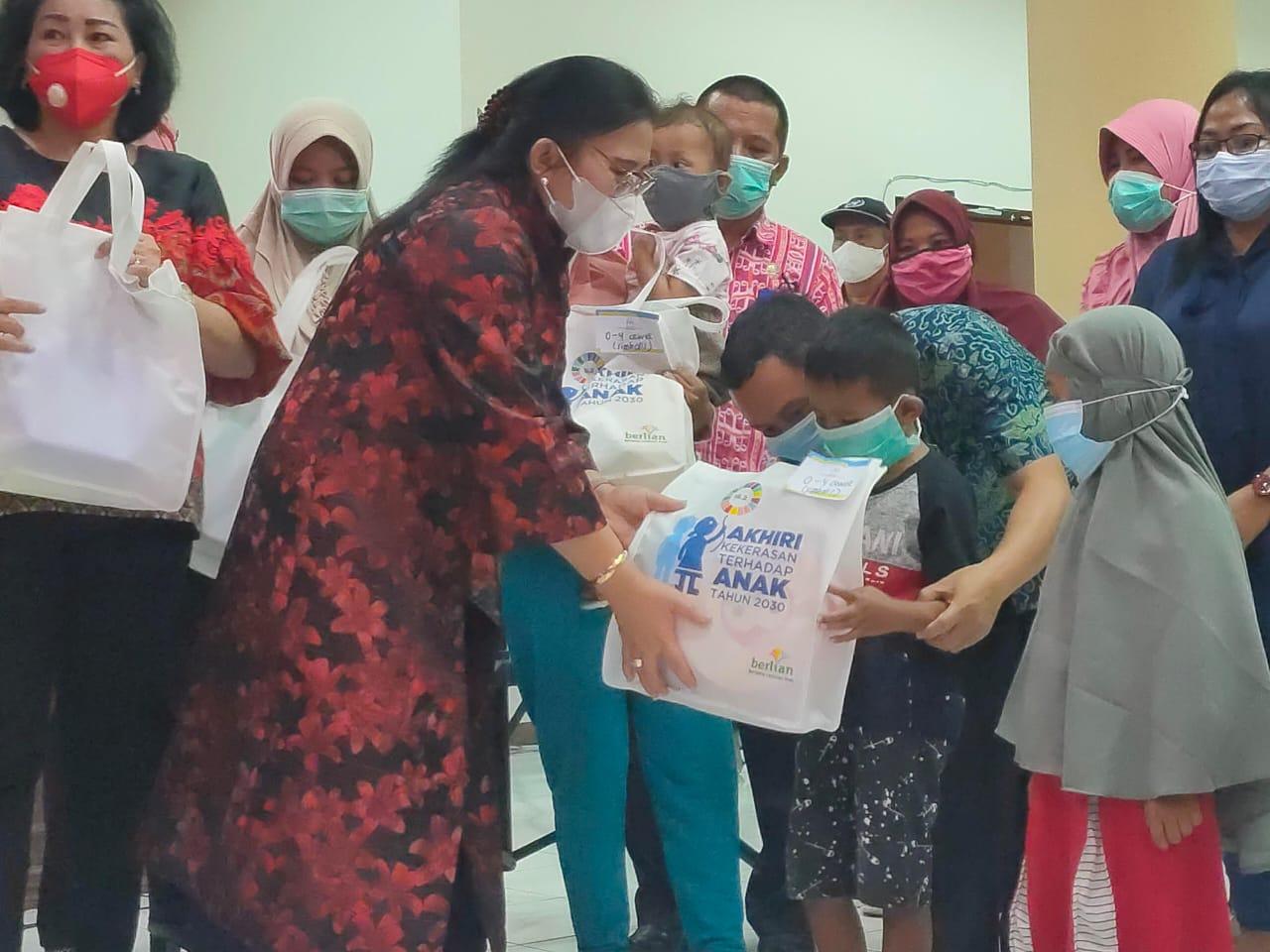 Deputi Bidang Perlindungan Hak Perempuan Kemen PPPA, Vennetia R Danes, saat memberikan bantuan kepada para korban musibah banjir Bolmong dan Bolsel.