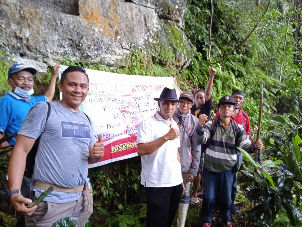 Sumitro Tegela (Kiri depan) dan LBI-Abud, saat berada di situs batu karma (Pekuburan di permukiman awal masyarakat BMR kuno yang kala itu dikenal dengan Lipu Koyongan) di Hulu Bendungan Toraut, kawasan Taman Nasional Bogani-Nani Wartabone (TNBNWB).