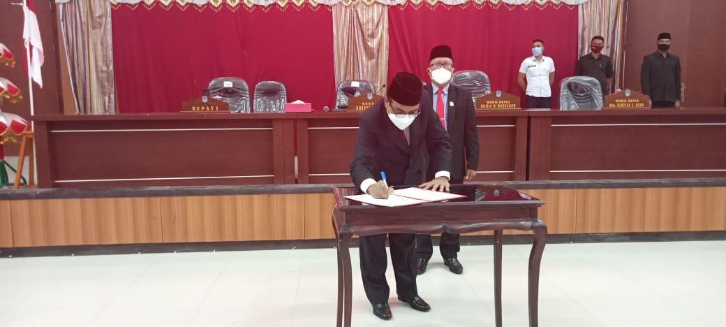 Pjs Bupati saat menandatangani tahap II atas penetapan Ranperda APBD 2021