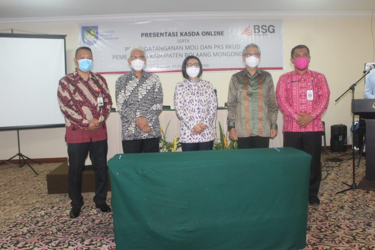 Bupati Yasti (tengah) foto bersama jajaran Bank SulutGo