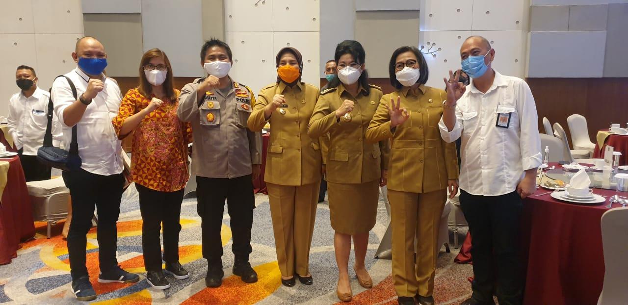 Walikota Tatong (Masker oranye) foto bersama usai kegiatan penyerahan Daftar Isian Pelaksana Anggaran (DIPA) oleh Kemenkeu RI, Selasa (1/12), di Manado.