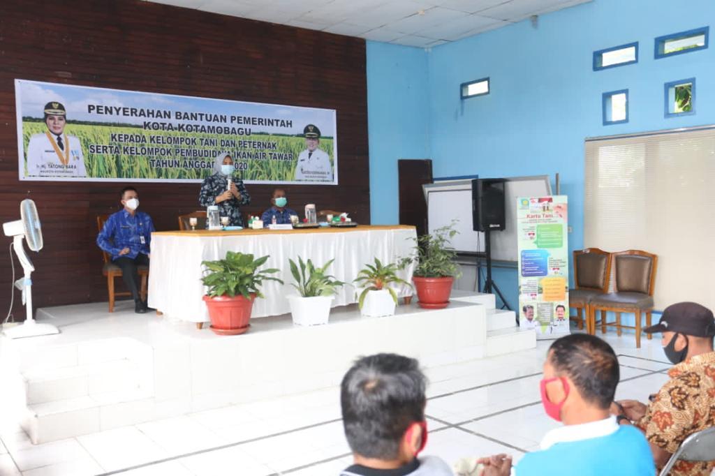 Walikota Tatong saat memberikan sambutan pada kegiatan penyerahan bantuan kepada kelompok tani dan kelompok budi daya ikan air tawar di kantor DPP Kotamobagu, Kamis (3/12).