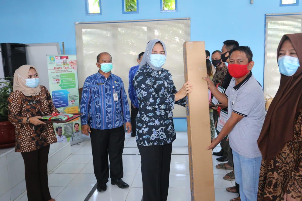 Tampak Walikota Tatong saat memberikan bantuan alat pertanian kepada perwakilan kelompok tani