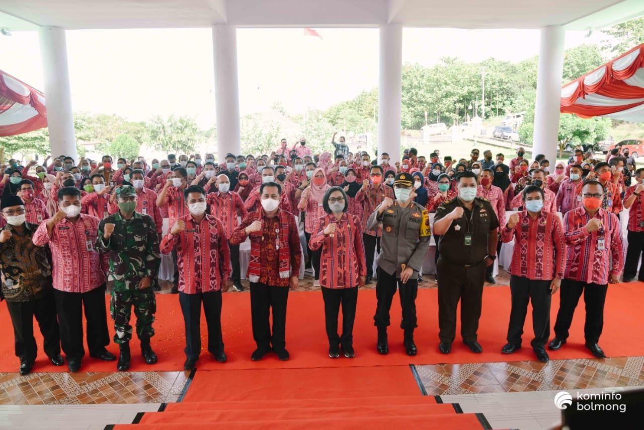 Bupati Yasti dan Pjs Gubernur Agus Fatoni foto bersama jajaran Pemkab Bolmong dan unsur Forkopimda