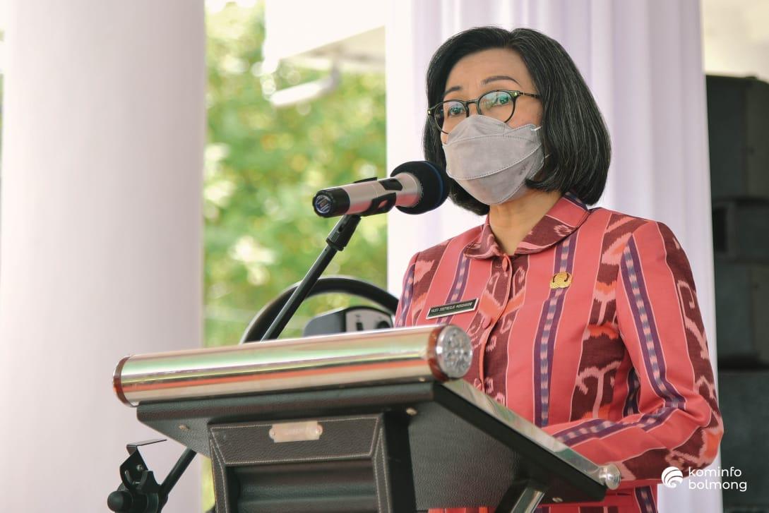 Bupati Bolmong Yasti Soepredjo Mokoagow saat memberikan sambutan pada Kunker Pjs Gubernur Sulut Agus Fatoni, Kamis (3/12) di Lolak.