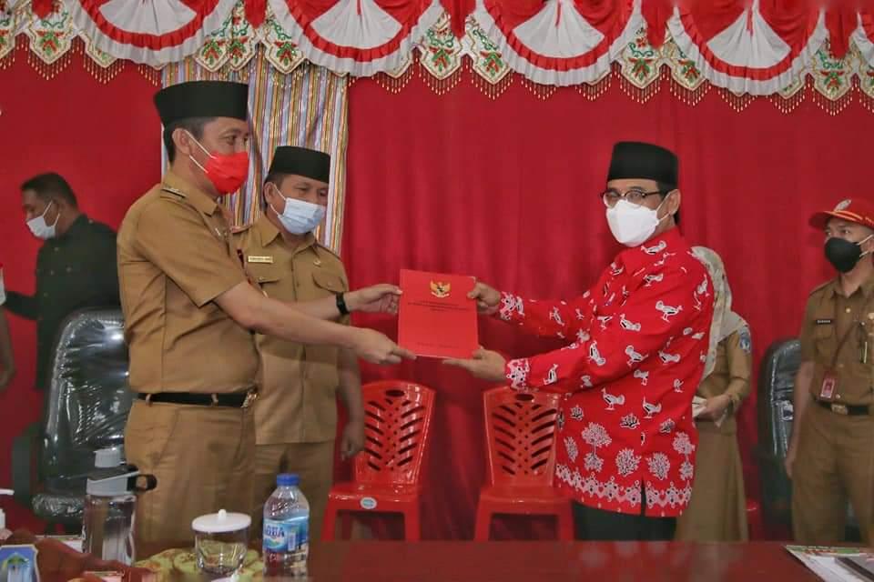 Bupati Bolsel Iskandar Kamaru saat menerima pelaksanaan tugas Penjabat Bupati Bolsel Praseno Hadi