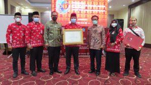 Wabup Kabupaten Bolsel Deddy Abdul Hamid foto bersama jajaran Pemkab Bolsel usai meraih penghargaan.