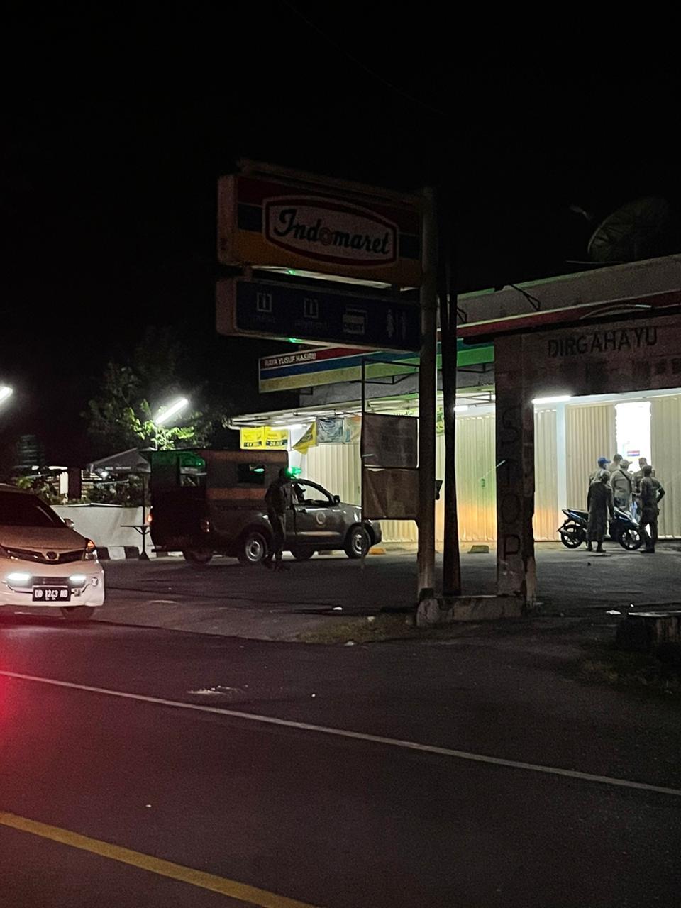 Pegawai Idomaret Kotobangon (samping kafe Chottafein) mendapat teguran petugas karena masih membuka toko hingga melewati jam yang ditentukan oleh pemerintah. (foto; Theza Gobel)