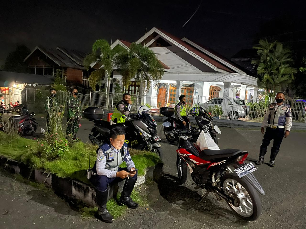 Penjagaan oleh petugas di simpang tiga Bobakidan. (foto; Theza Gobel)