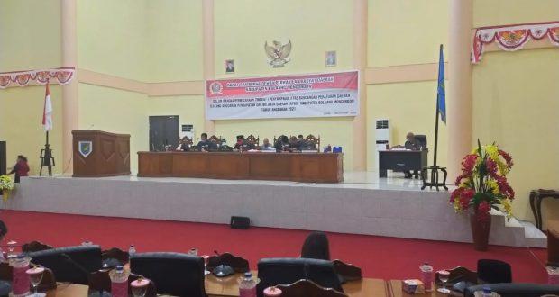 Suasana pembahasan Ranperda 2021 di gedung paripurna DPRD Bolmong, Jumat (27/11).