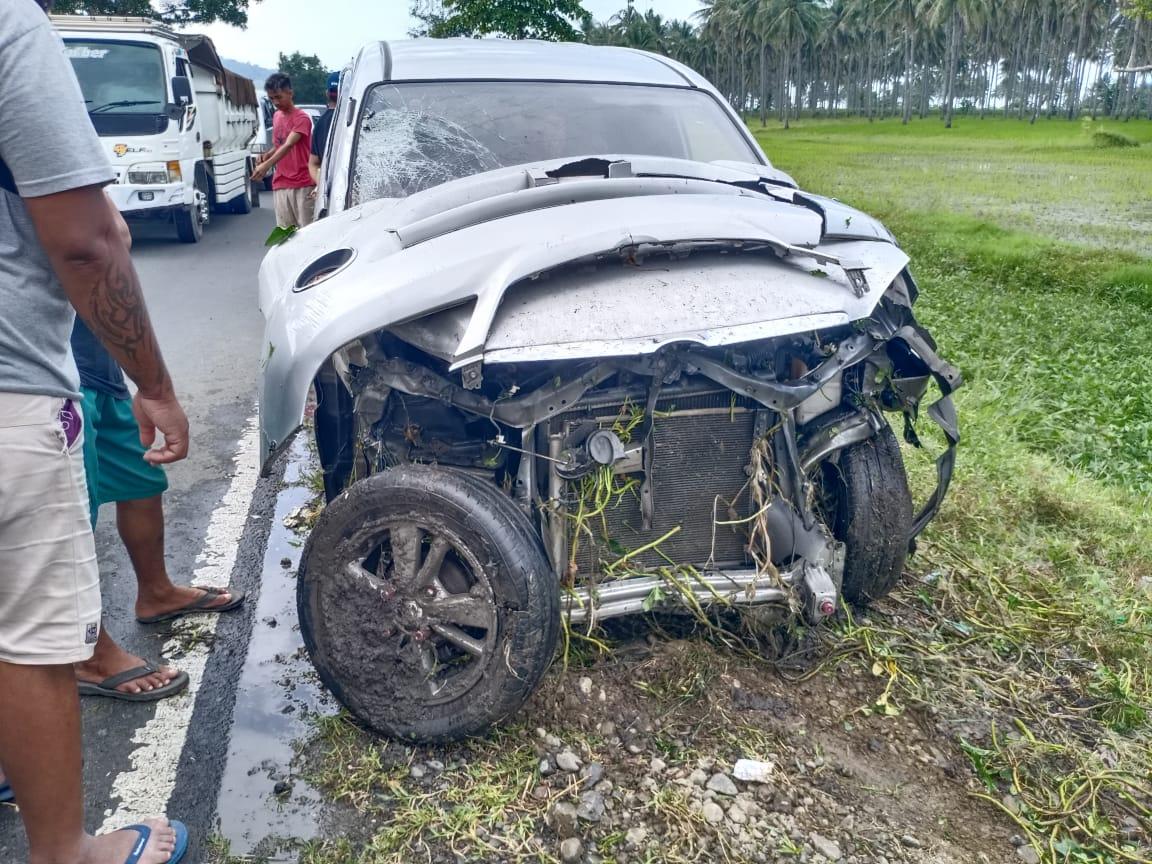 Mobil avansa milik Amin, tampak rusak parah usai baku tabrak dengan motor milik Christian, di jalan trans Sulawesi, Desa Inobonto Dua, Kamis (22/1).