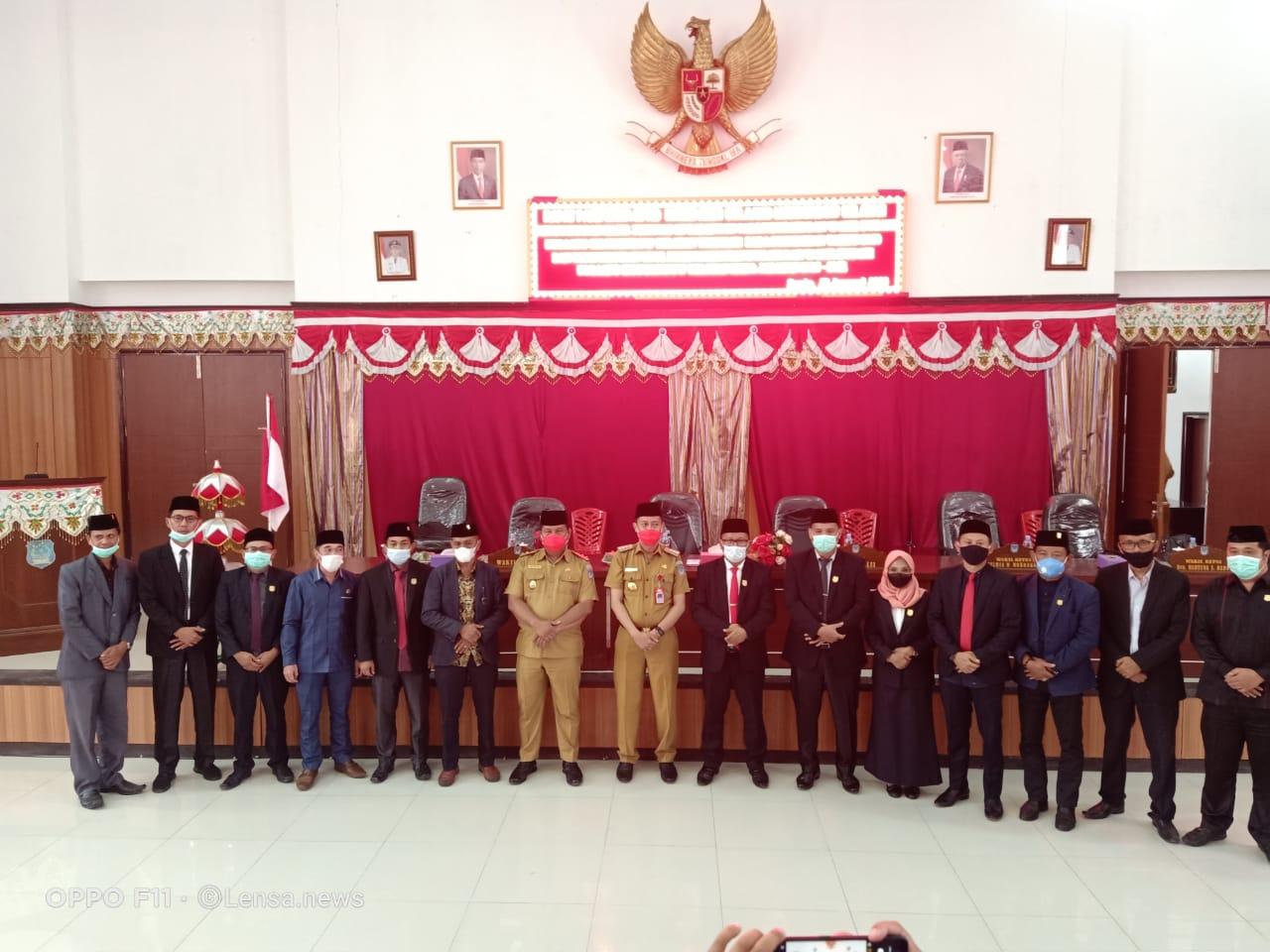 Jajaran DPRD Kabupaten Bolsel melakukan sesi foto bersama dengan Bupati dan Wakil Bupati terpilih Kabupaten Bolsel periode 2020-2024, Iskandar Kamaru-Deddy Abdul Hamid.
