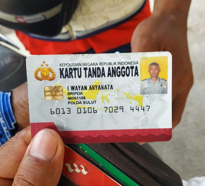 Kartu tanda anggota Bripda I Wayan Aryanata ditemukan warga, pasca terjadi kecelakaan.