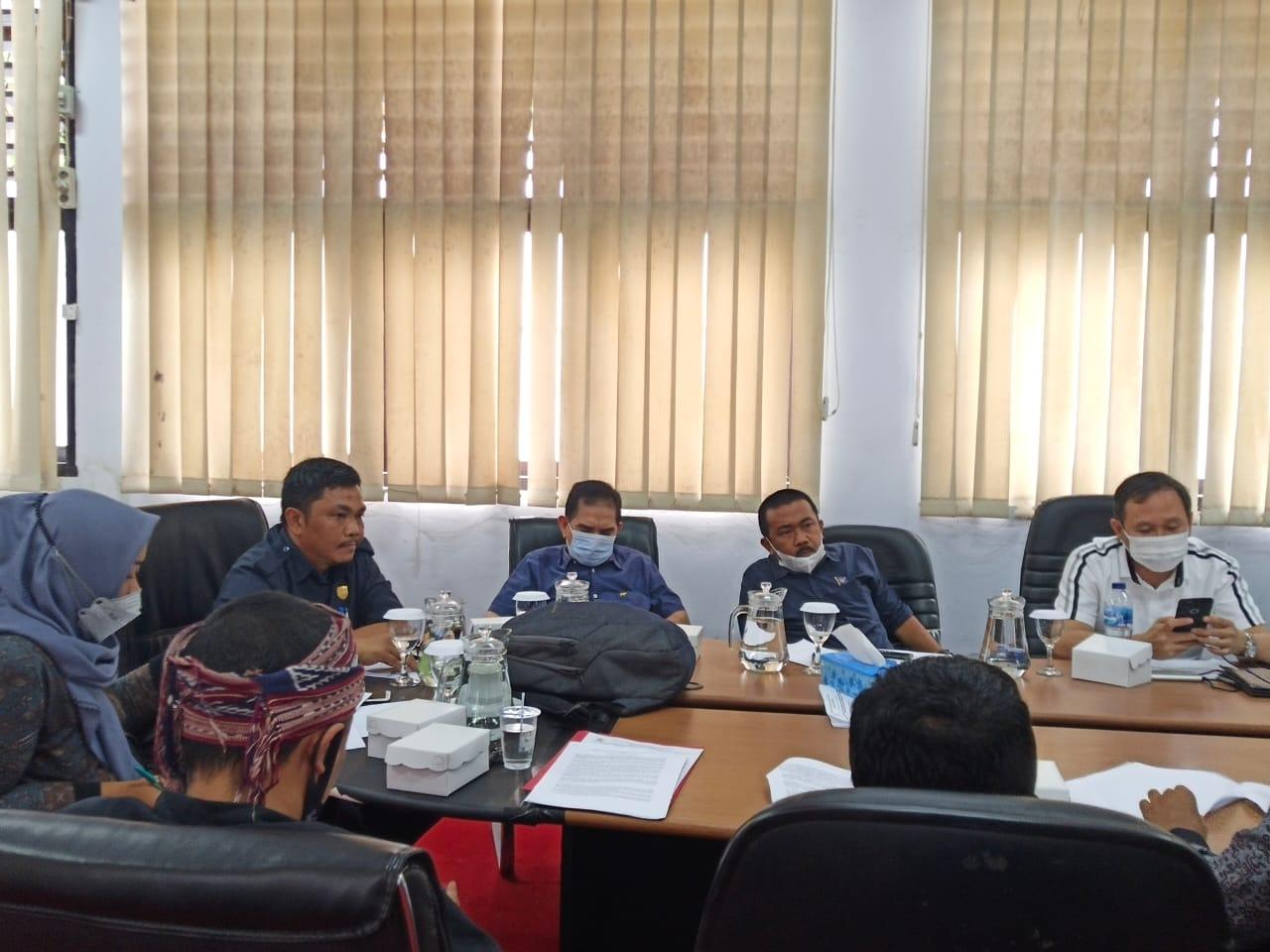 Suasana pertemuan DPRD Kotamobagu dan PS2BMR terkait pembahasan Ranperda inisiatif DPRD terkait HUT Kotamobagu. (foto; Theza Gobel)