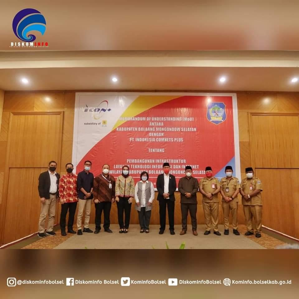 Bupati Iskandar bersama jajaran saat melakukan sesi foto bersama dengan pihak PT Indonesia Comnets Plus.