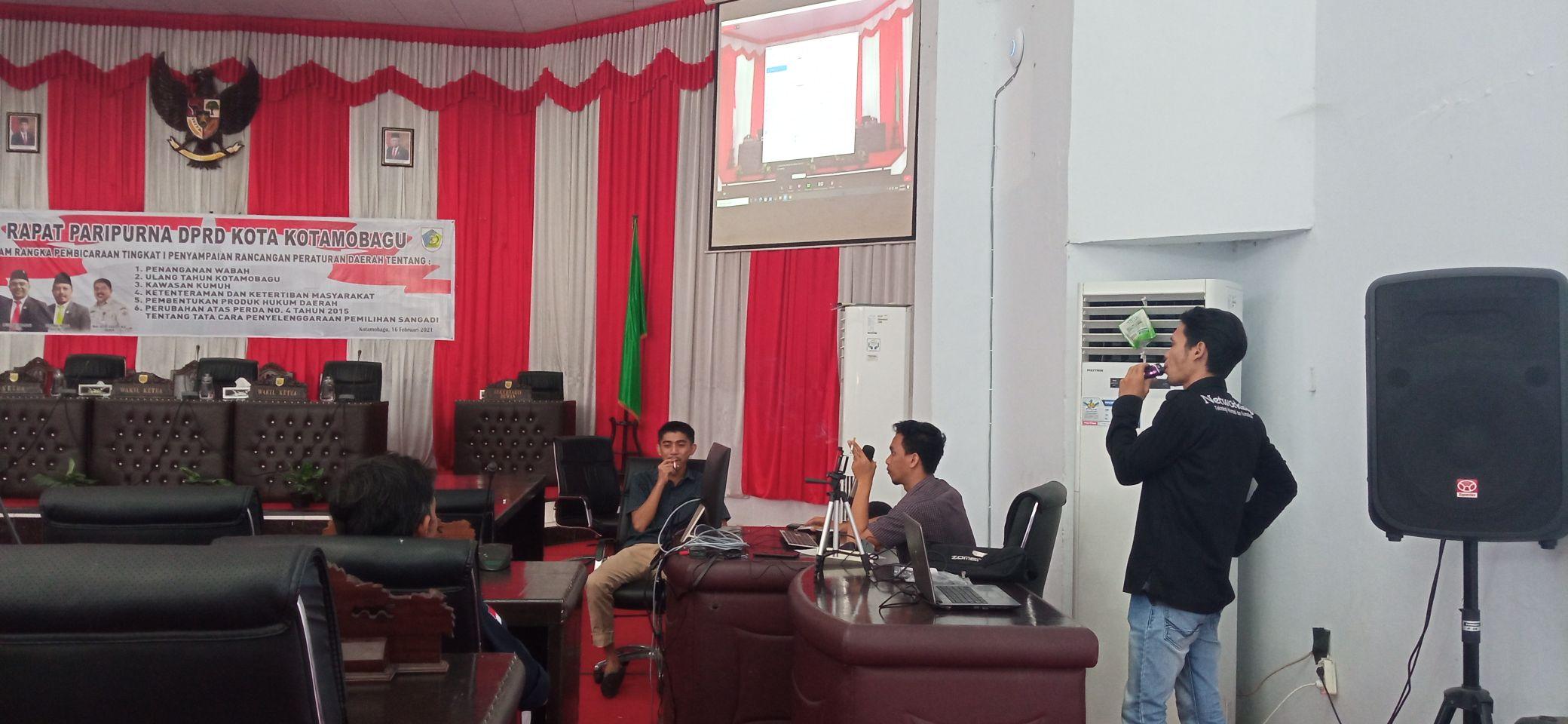 Pekerja menata mic dan monitor jelang paripurna pembicaraan tingkat I (Satu) penyampaian Enam Ranperda di gedung DPRD Kota Kotamobagu.
