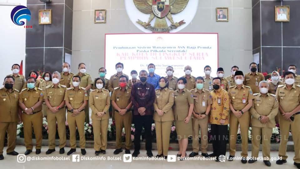 Bupati dan walikota se- Sulut foto bersama dengan KASN.