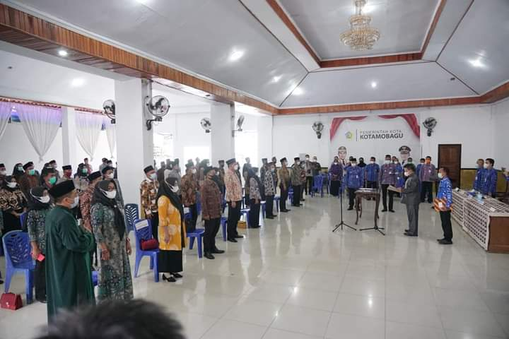 Suasana pelantikan 69 anggota BPD, yang dilaksanakan di aula rumah dinas Walikota, Kamis (29/4).