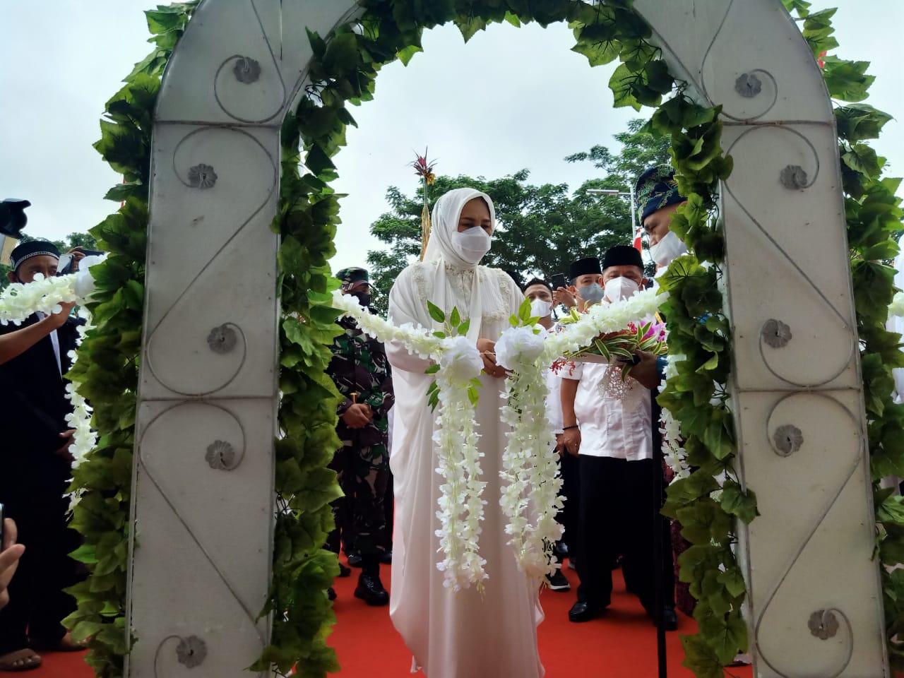 Walikota Tatong saat menggunting pita peresmian Masjid Agung Baitul Makmur, Minggu (9/5).