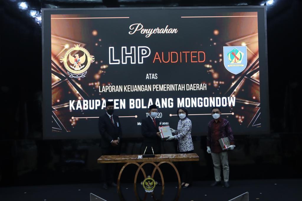 Bupati Bolmong Yasti Soepredjo Mokoagow saat menerima Opini WTP untuk Kabupaten Bolmong, Senin (3/5).