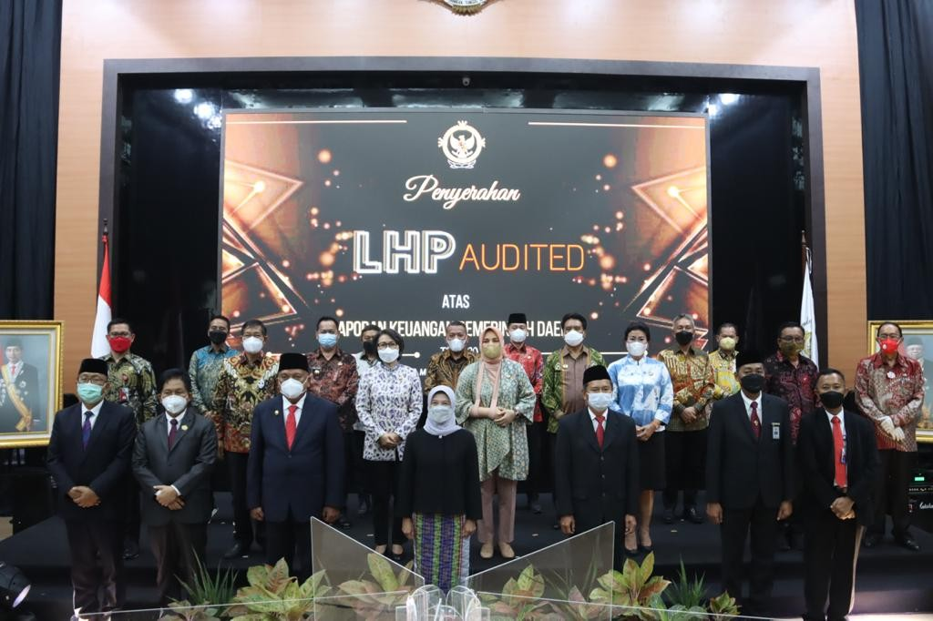 Tampak Bupati Yasti bersama seluruh Bupati dan Walikota Se-Provinsi Sulut saat menghadiri acara penyerahan Opini hasil pemeriksaan LKPD TA 2020 di Manado