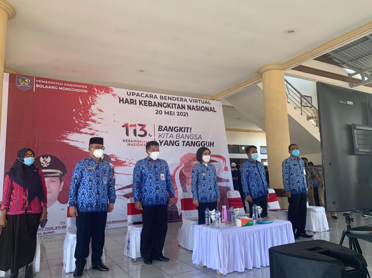 Bupati Bolmong Yasti Soepredjo Mokoagow didampingi Sekda Tahlis dan beberapa asisten pada upacara peringatan HKN dan peluncuran Program Literasi Nasional.