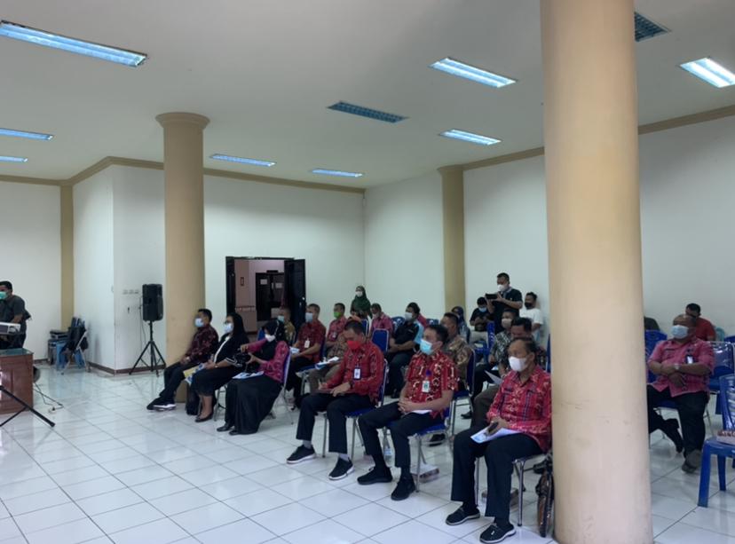 Para Kepala Dinas dan perwakilan dari beberapa Organisasi Perangkat Daerah (OPD) lingkup Pemkab Bolmong turut menghadiri kegiatan FGD di ruang rapat kantor Bupati Bolmong.