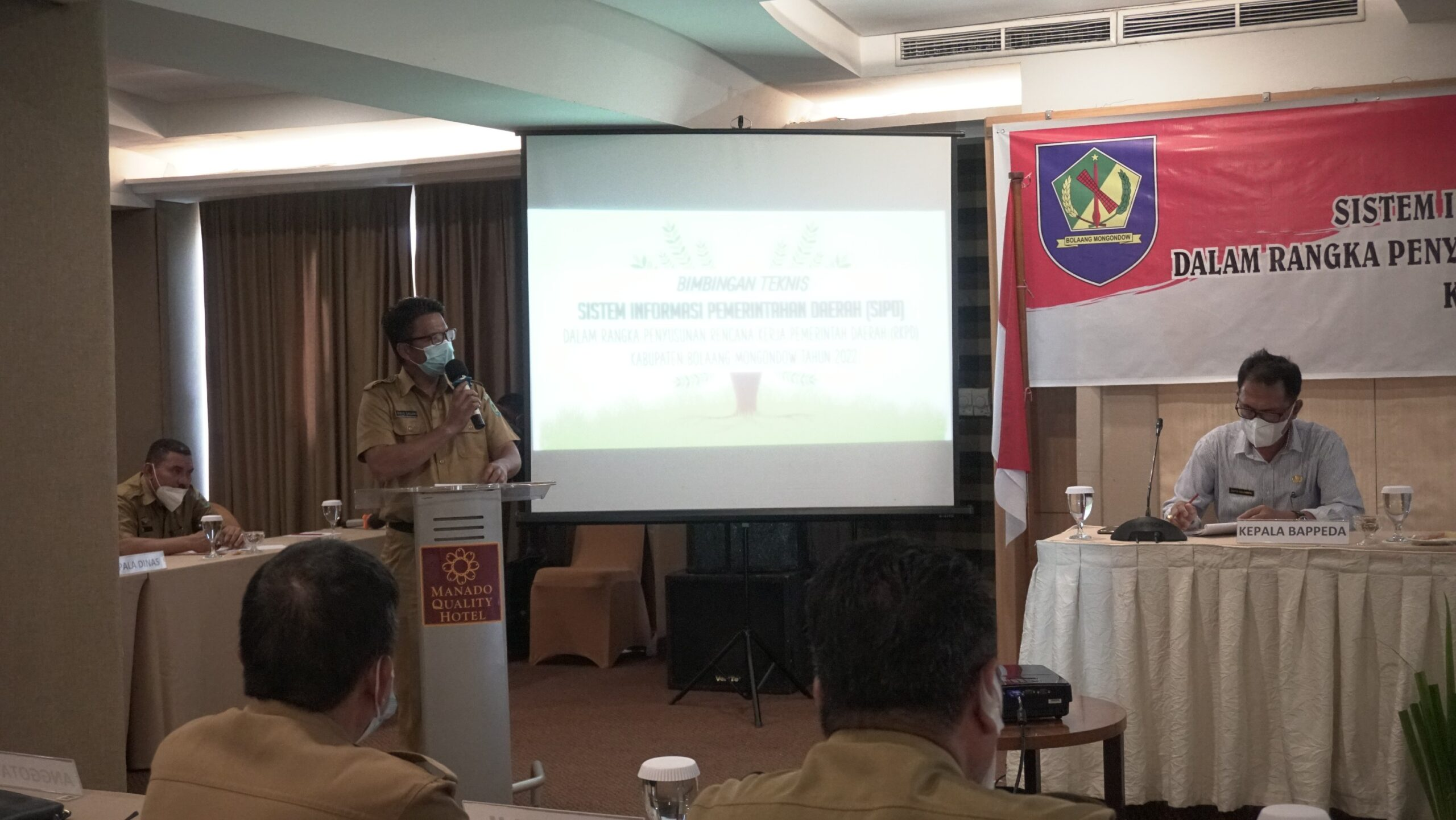 Terlihat Sekda Bolmong Tahlis Gallang saat memberikan sambutan pada kegiatan Bimtek SIPD di Hotel Quality Manado