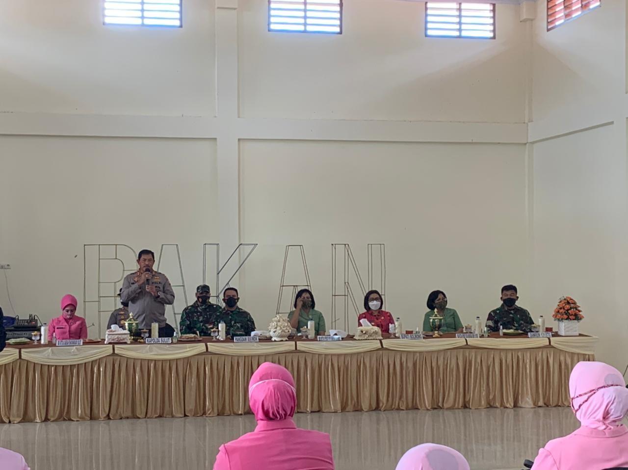 Kapolda Sulut Irjen Pol. Nana Sudjana saat memberikan sambutan dalam kegiatan kunker di Desa Bakan, Kabupaten Bolmong.