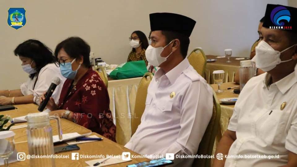 Bupati Iskandar Kamaru didampingi Deddy Abdul Hamid saat menghadiri kegiatan penyerahan NKT Lanskap Bolsel.