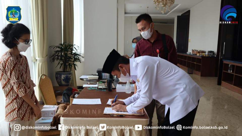 Bupati Iskandar Kamaru Menandatangani Dokumen NKT lanskap.