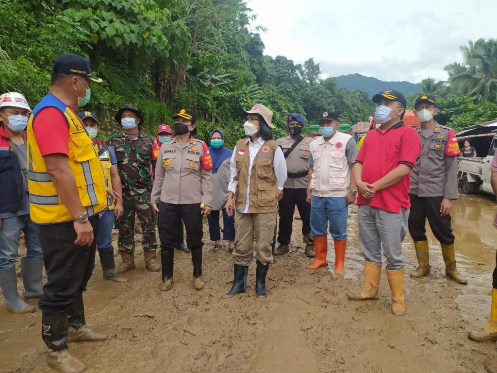 Tampak Bupati Yasti saat melakukan peninjauan di sela satu titik longsor di Kabupaten Bolmong.