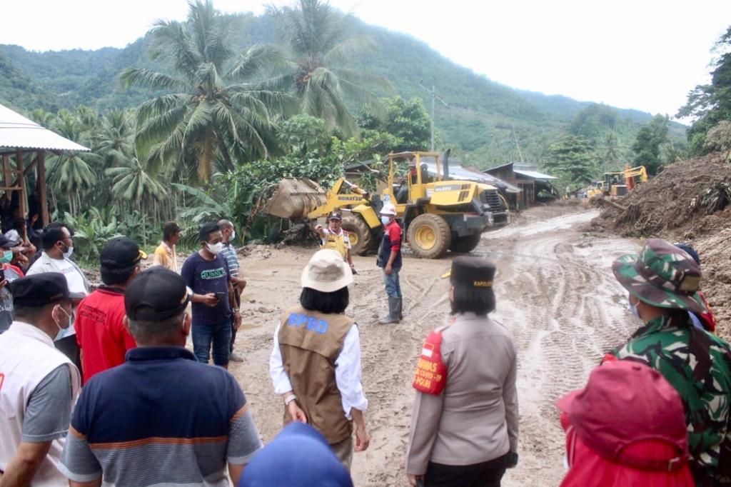 Titik longsor di Desa Komangaan ditinjau langsung oleh Bupati Yasti.