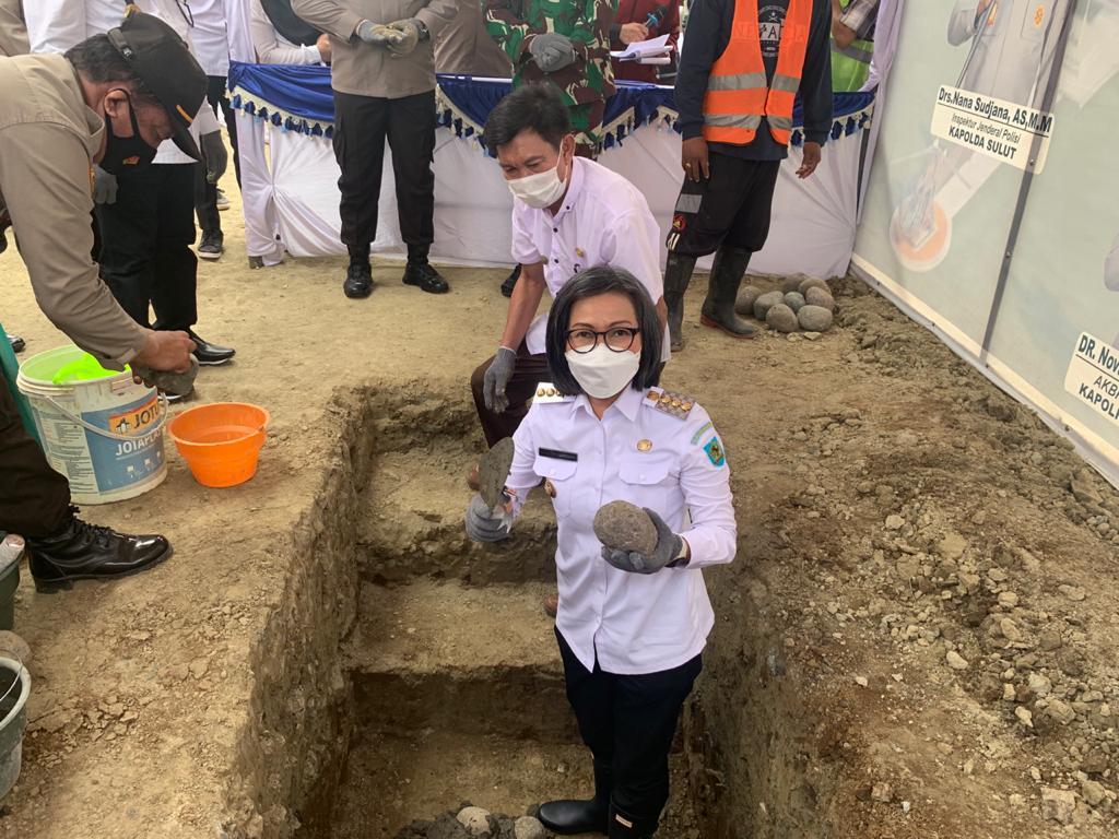 Bupati Yasti saat melakukan prosesi peletakan batu terkait pembangunan Mako Polres Bolmong di Desa Dulangon.