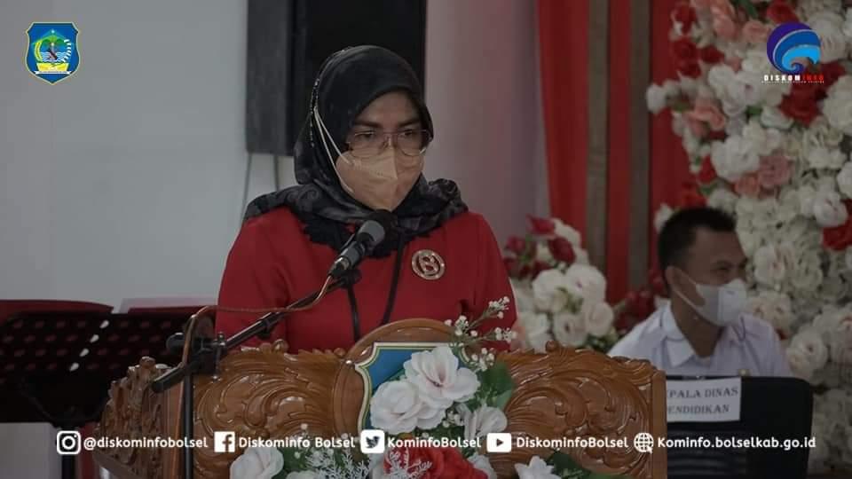 Kepala Dinas Pendidikan Bolsel,  saat memberikan sambutan di kegiatan Pengukuhan Bunda PAUD  kecamatan dan Desa se-Bolsel