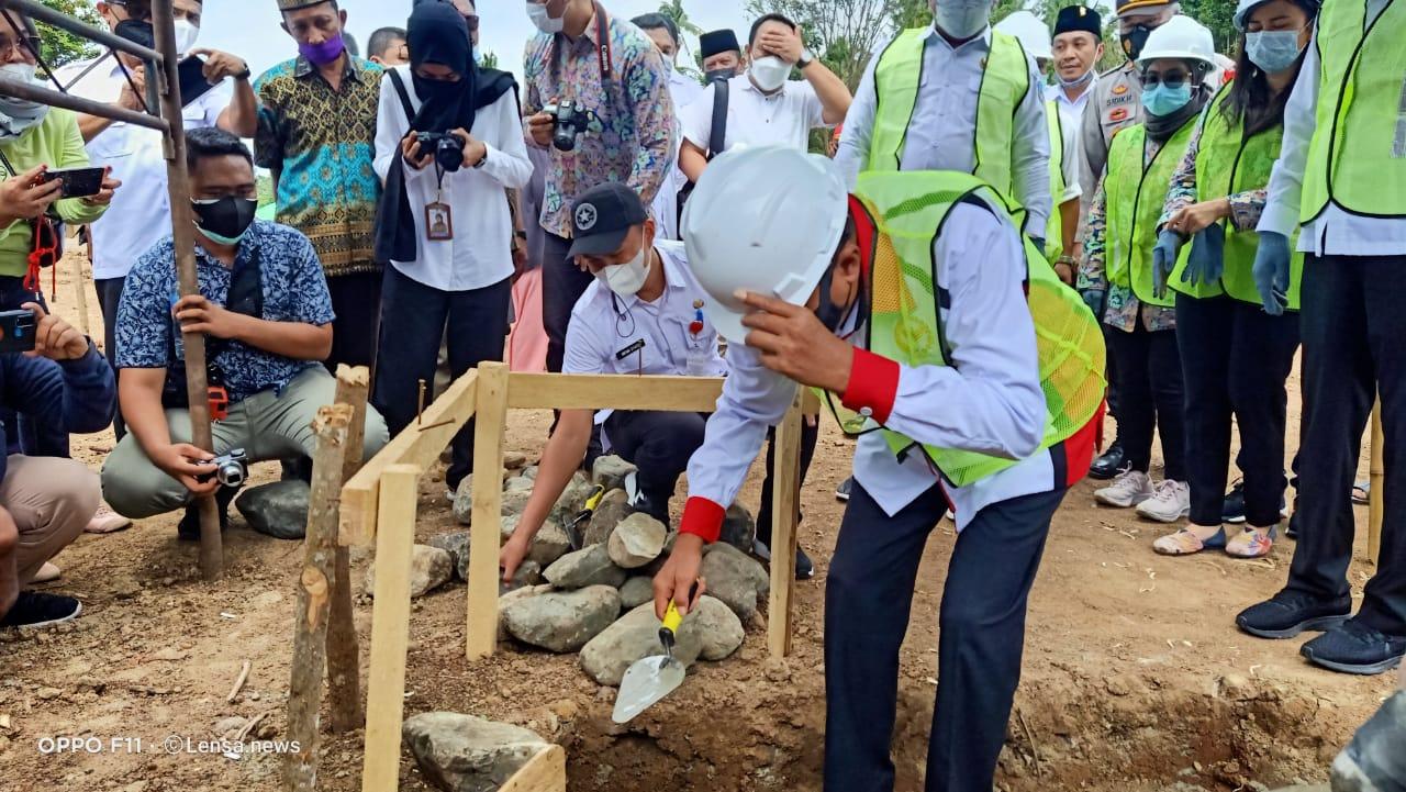 Herson Mayulu (H2M) saat melakukan peletakan batu pertama pembangunan rumah nelayan.