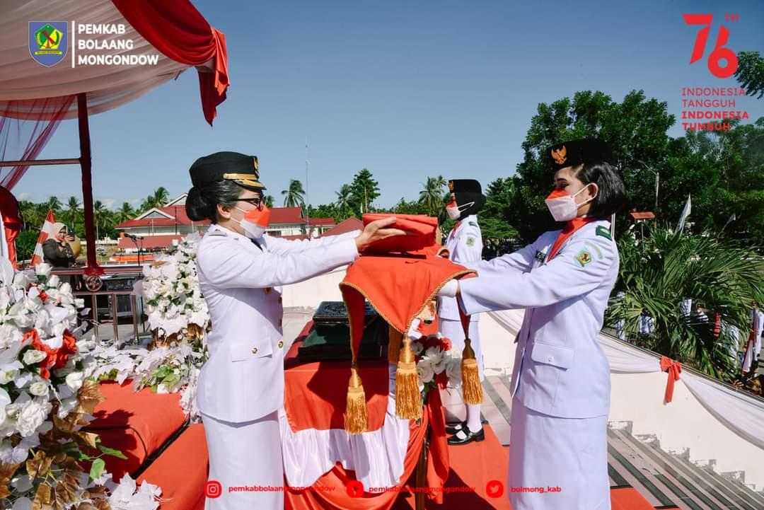 Bupati Yasti menyerahkan duplikat bendera pusaka kepada anggota Paskibraka