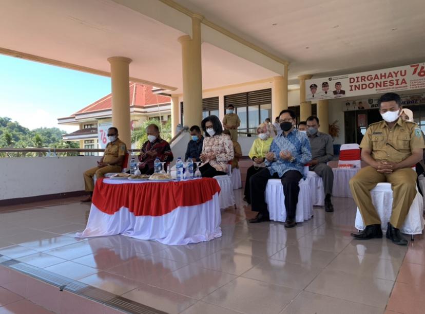 Tampak Bupati Yasti menghadiri kegiatan penyerahan bantuan dana hibah untuk Universitas Dumoga Kotamobagu