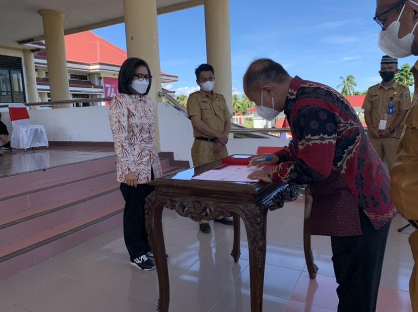 Penandatangan serah terima bantuan dana hibah dari Pemkab Bolmong untuk UDK