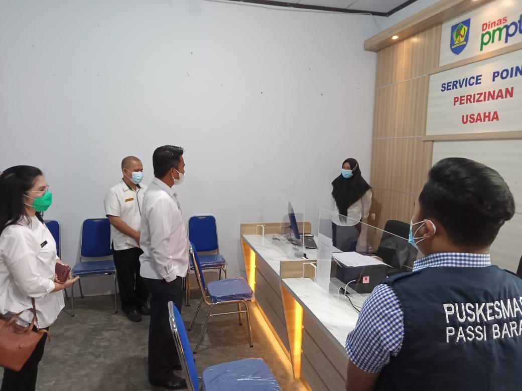 Kepala DPM-PTSP Bolmong Fyfiane Soepredjo mendampingi Sekda Bolmong saat memantau service point di Kecamatan Passi Barat