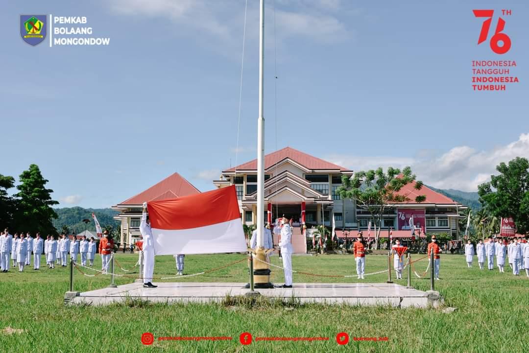 Tampak suasana pengibaran bendera pusaka pada peringatan HUT RI Ke-76 di lapangan kantor Bupati Bolmong
