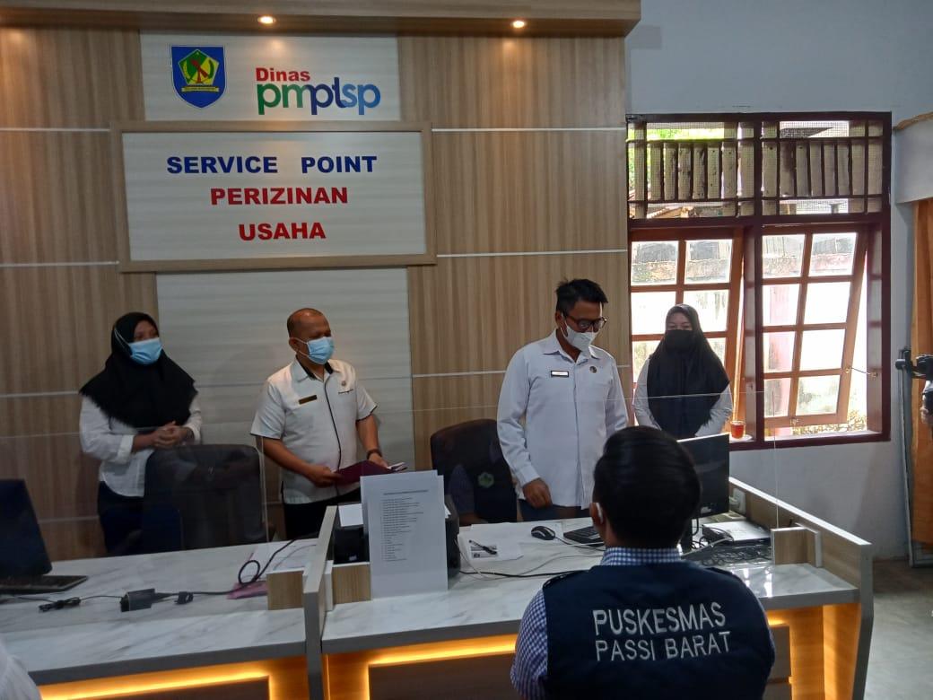 Sekda Bolmong Tahlis Gallang saat meninjau dan memantau langsung service point pengurusan izin usaha, Rabu (25/8).