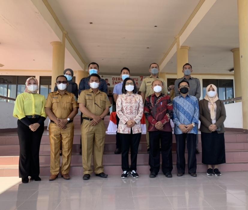 Foto bersama Bupati Yasti dan jajarannya bersama rektor dan pengurus UDK usai kegiatan serah terima dana hibah