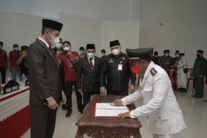 Tampak Harmin Manoppo, saat menandatangani Surat keputusan, menjabat sebagai Camat Posigadan.