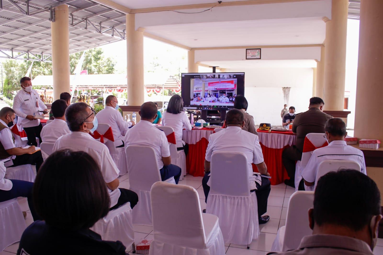 Selain dilaksanakan secara tatap muka, Rakor Pemkab Bolmong bersama Forkopimda juga diikuti oleh seluruh Camat dan Sangadi yang ada di Bolmong melalui aplikasi Zoom Meeting