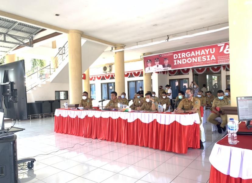 Tampak Jajaran Pemkab Bolmong mengikuti evaluasi SAKIP di pelataran kantor Bupati Bolmong