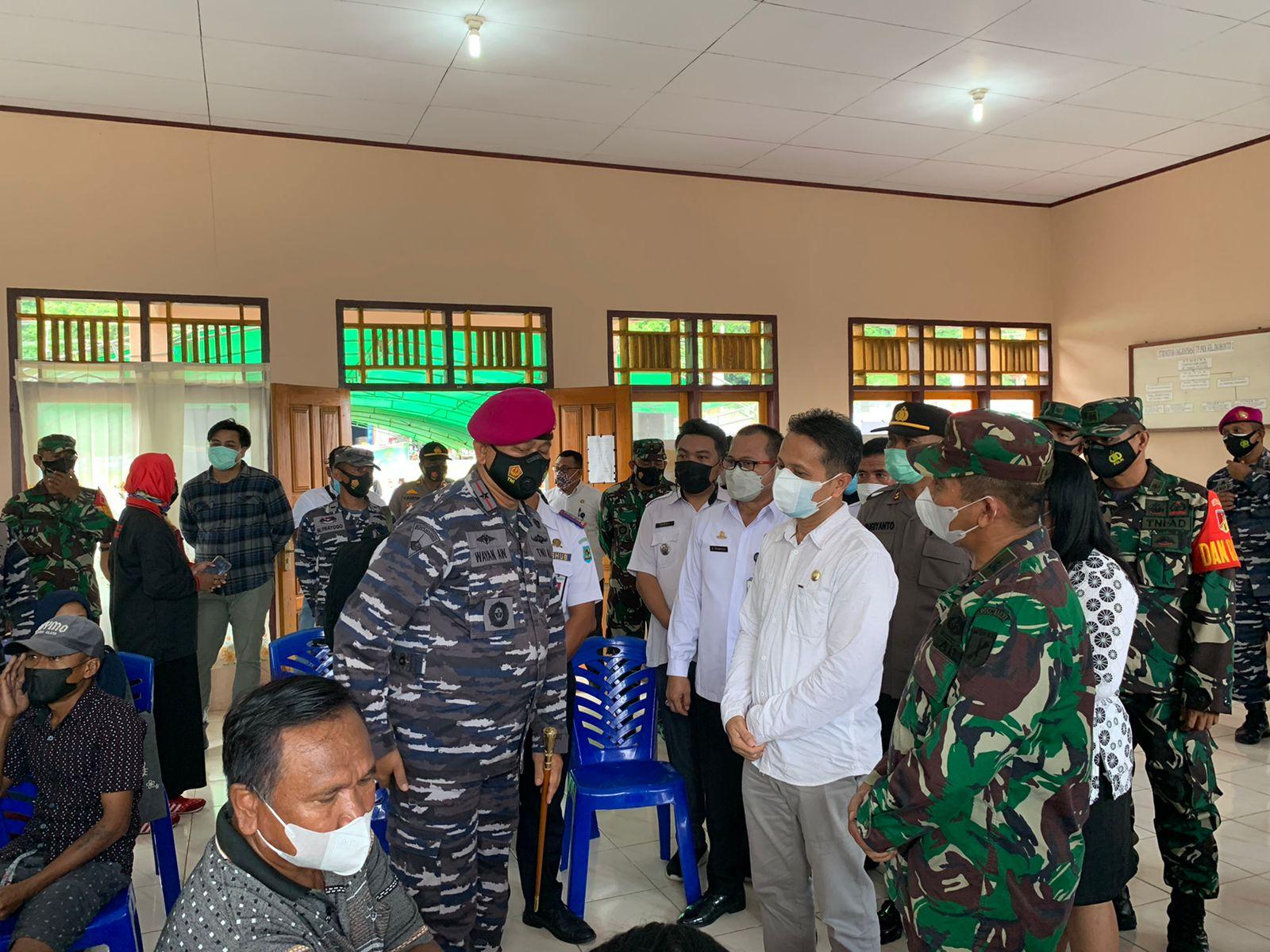 Wabup Yanny dan Danlantamal VIII I Wayan Ariwijaya melihay langsung proses vaksinasi di Kantor Kelurahan Inobonto