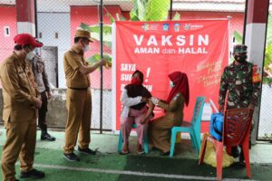 Bupati Bolsel saat meninjau kegiatan vaksinasi di kecamatan Posigadan.